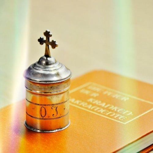Ölfgefäß und Buch, Foto: Christine Limmer, Pfarrbriefservice